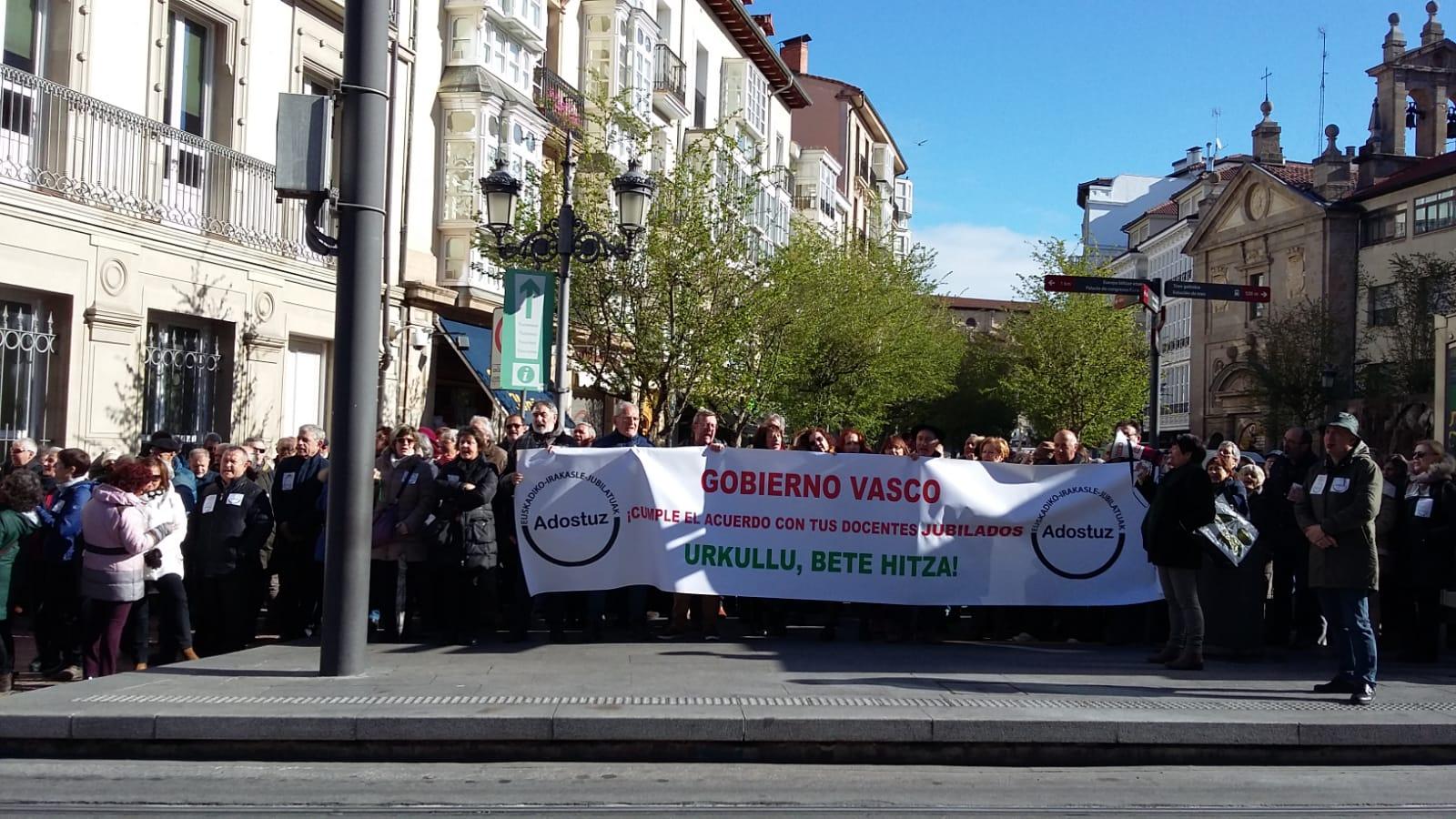 Concentraciones en el Parlamento Vasco. Abril